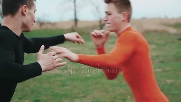 Dva mladí sportovci zápasení