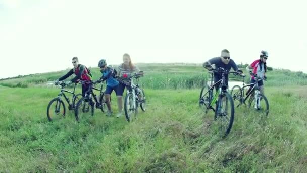 Cyklisté, tlačení kola do kopce