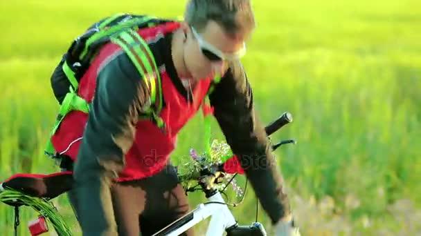Muž opravit kolo