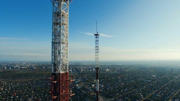 Fernmeldeturm mit Mobilfunk-Antennen in einem Wohngebiet der Stadt