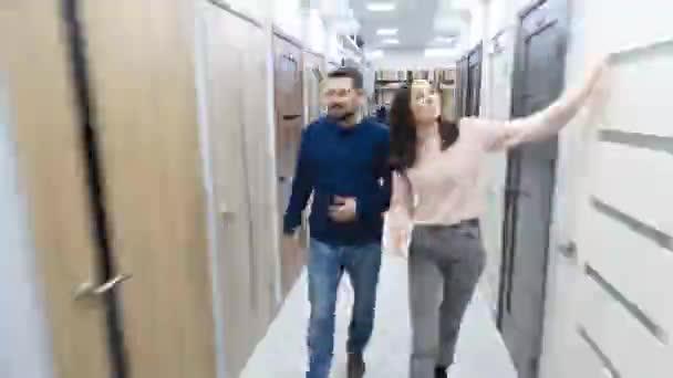 Fiatal pár a szupermarketben. Videofelvétel gyorsított formában az Időeltolódás technikájával.