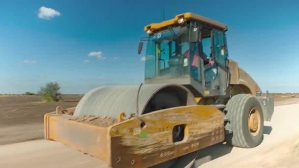 Traktor pro manipulaci s asfaltem a půdou při zrychleném snímání.