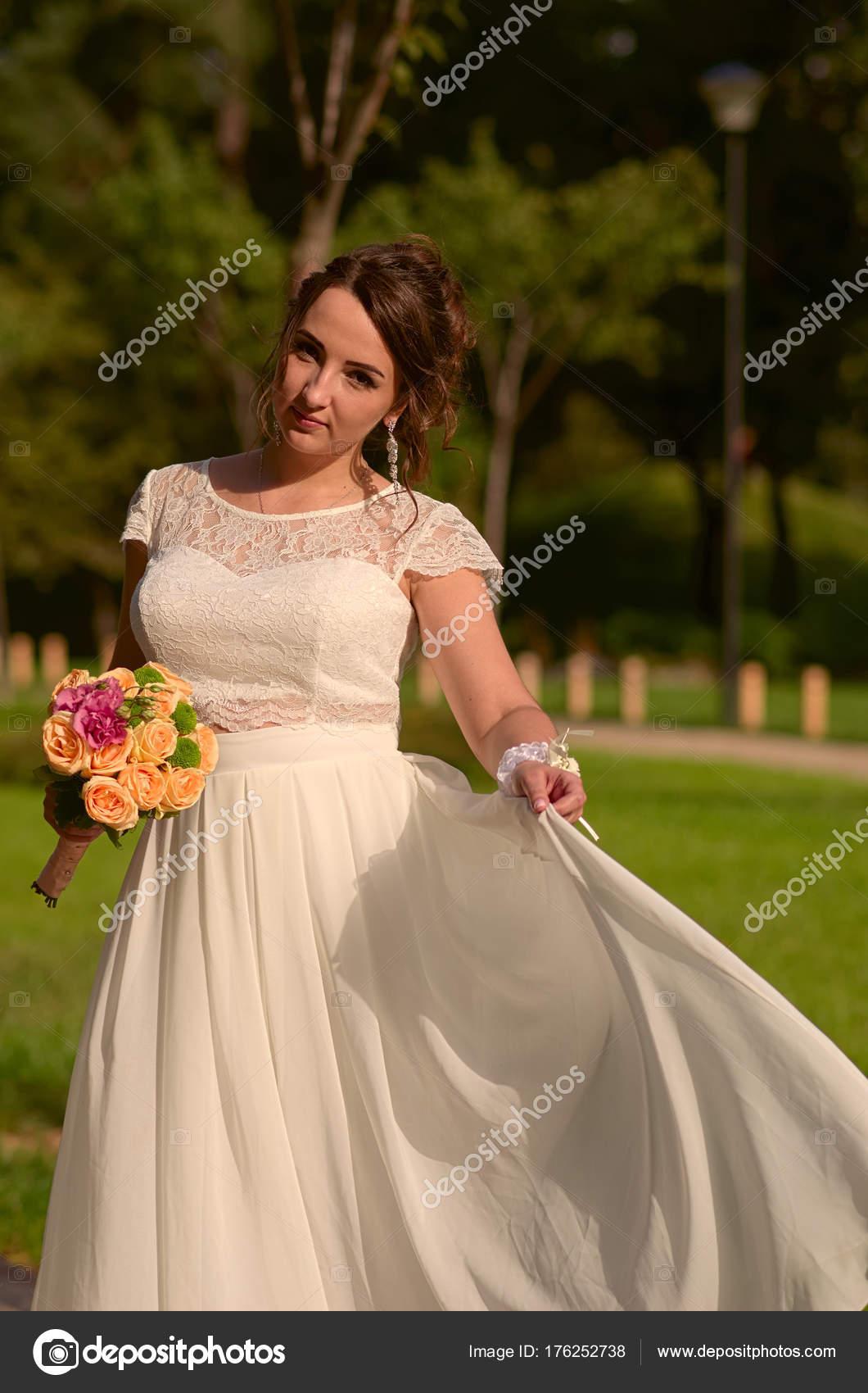 Unglaublich schöne Braut mit Rosenstrauß. Romantisches Accessoire ...