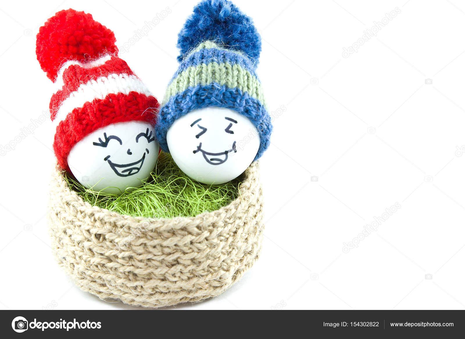 Huevos de Pascua en una cesta. Emoticones de sombreros hechos punto ...