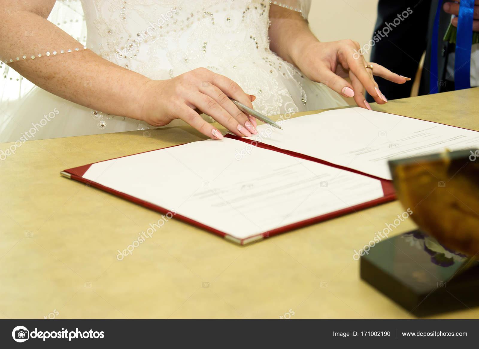 Ufficio Di Registro : Matrimonio russo firma di documenti presso lufficio del registro