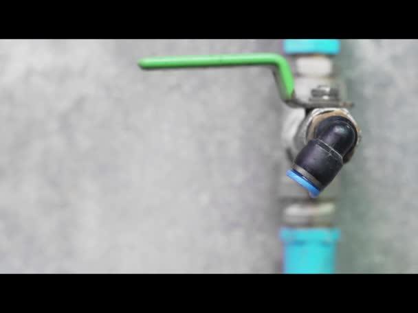 kapka vody z Vodovodního kohoutku