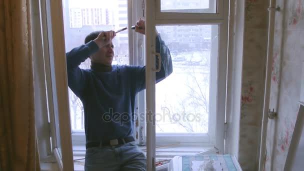 Hombre de la reparación de ventanas de madera. Reemplazar vidrios ...