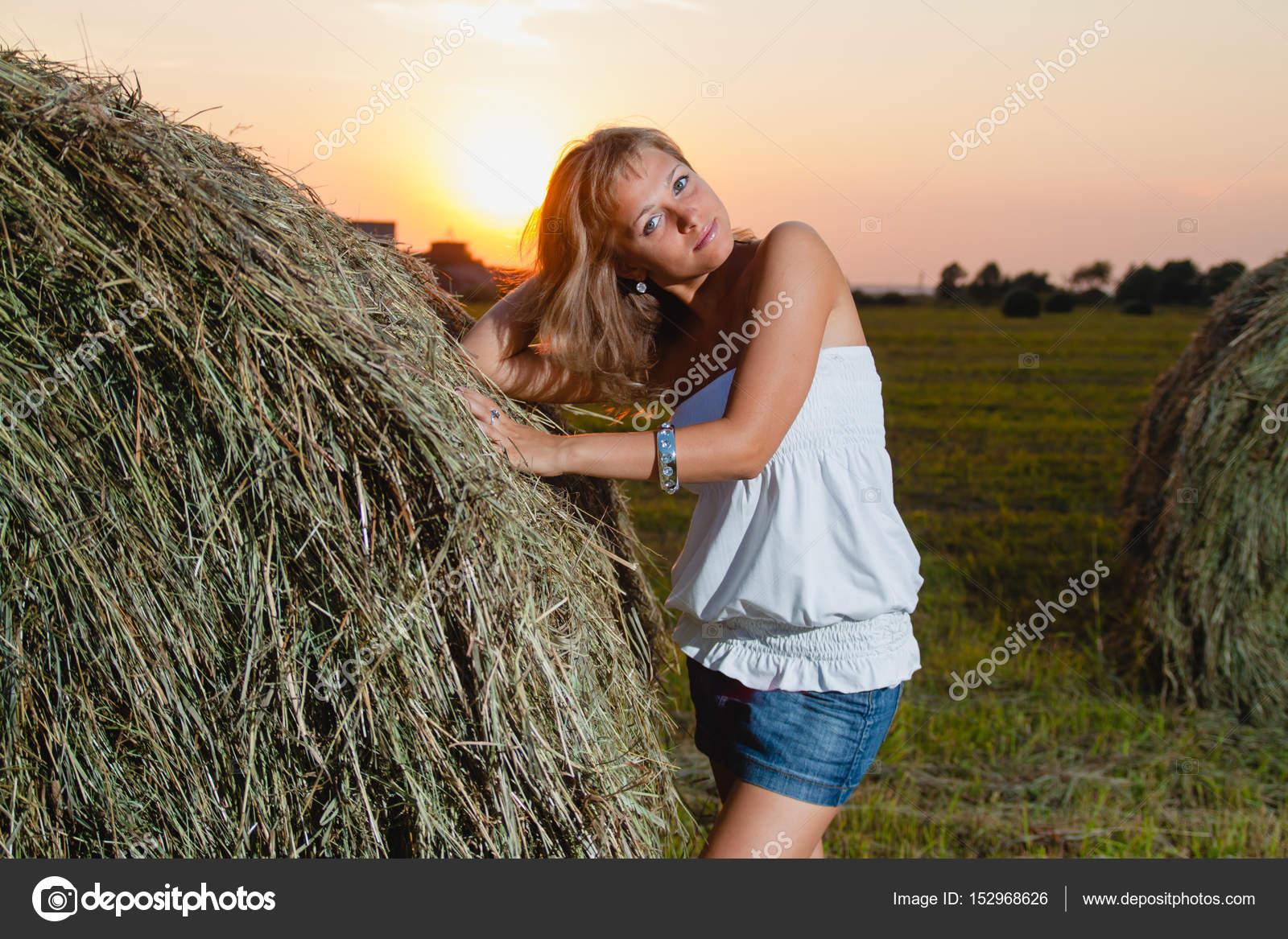 Junge sexy Blondine posiert in der Nähe von einem