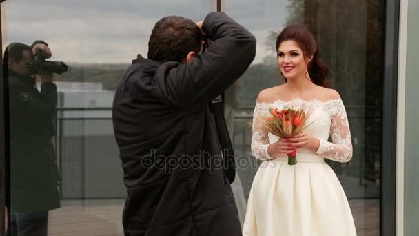 die Braut posiert für den Fotografen