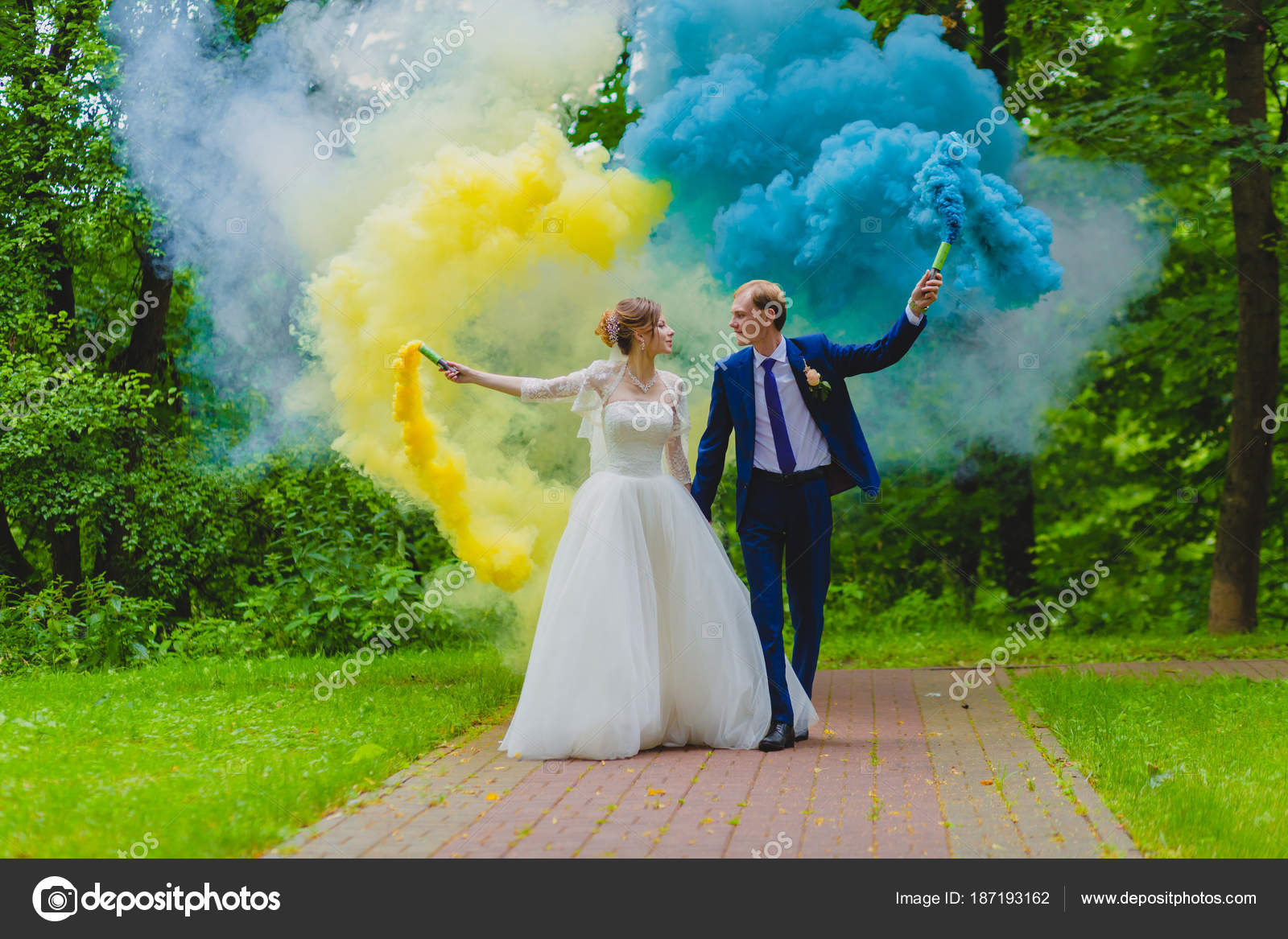 Bride and groom with colorful smoke bombs — Stock Photo