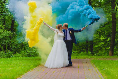 """Картина, постер, плакат, фотообои """"жених и невеста с разноцветными дымовыми шашками """", артикул 187193258"""
