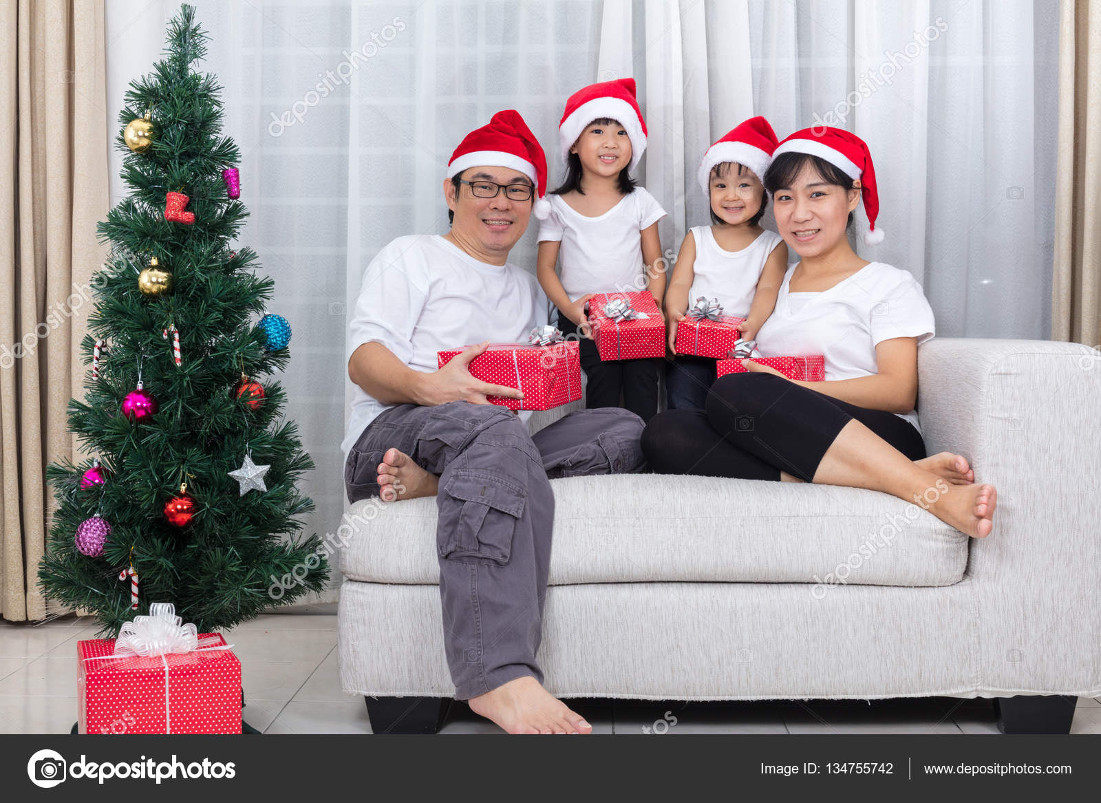 Happy Asian Chinese family exchange Christmas gift at home — Stock ...