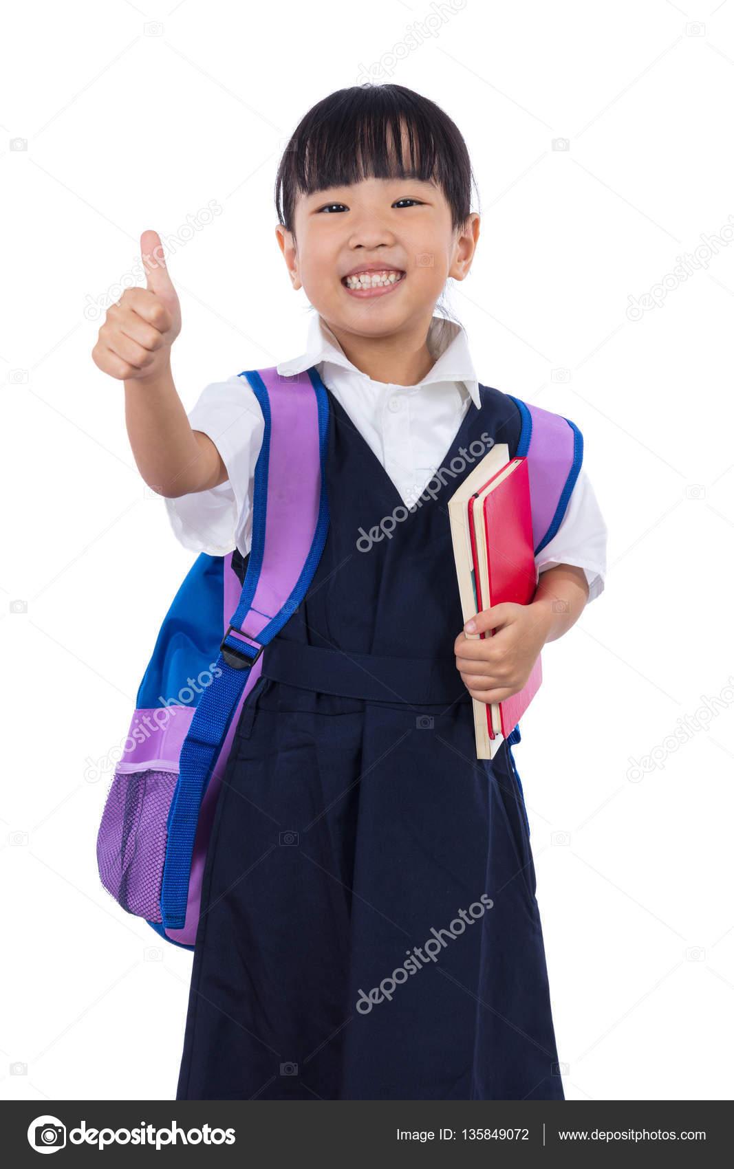 Asiático chino escuela primaria niña con escuela uniforme mostrando los  pulgares para arriba en fondo blanco aislado — Foto de kiankhoon 382dc95ec0f