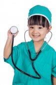 Asijské holčička čínských hraje doktora se stetoskopem