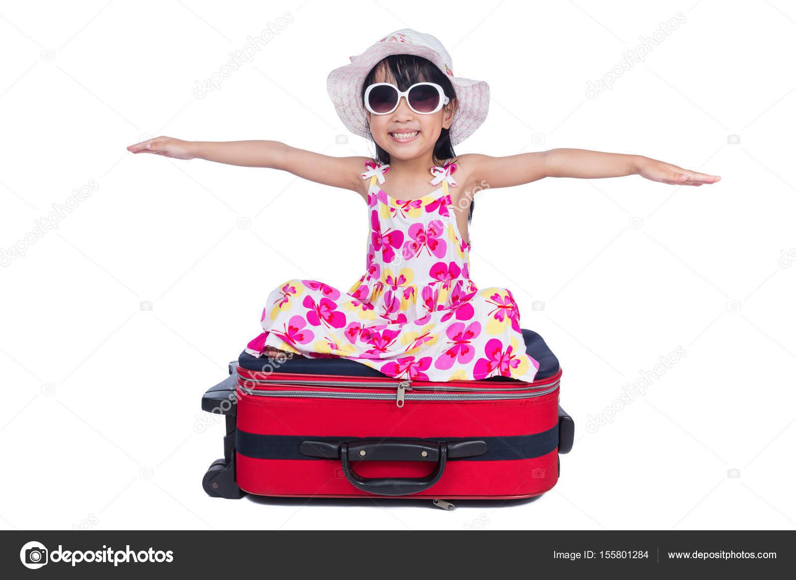 Feliz asiático chino niña sentada en una maleta — Fotos de Stock ...