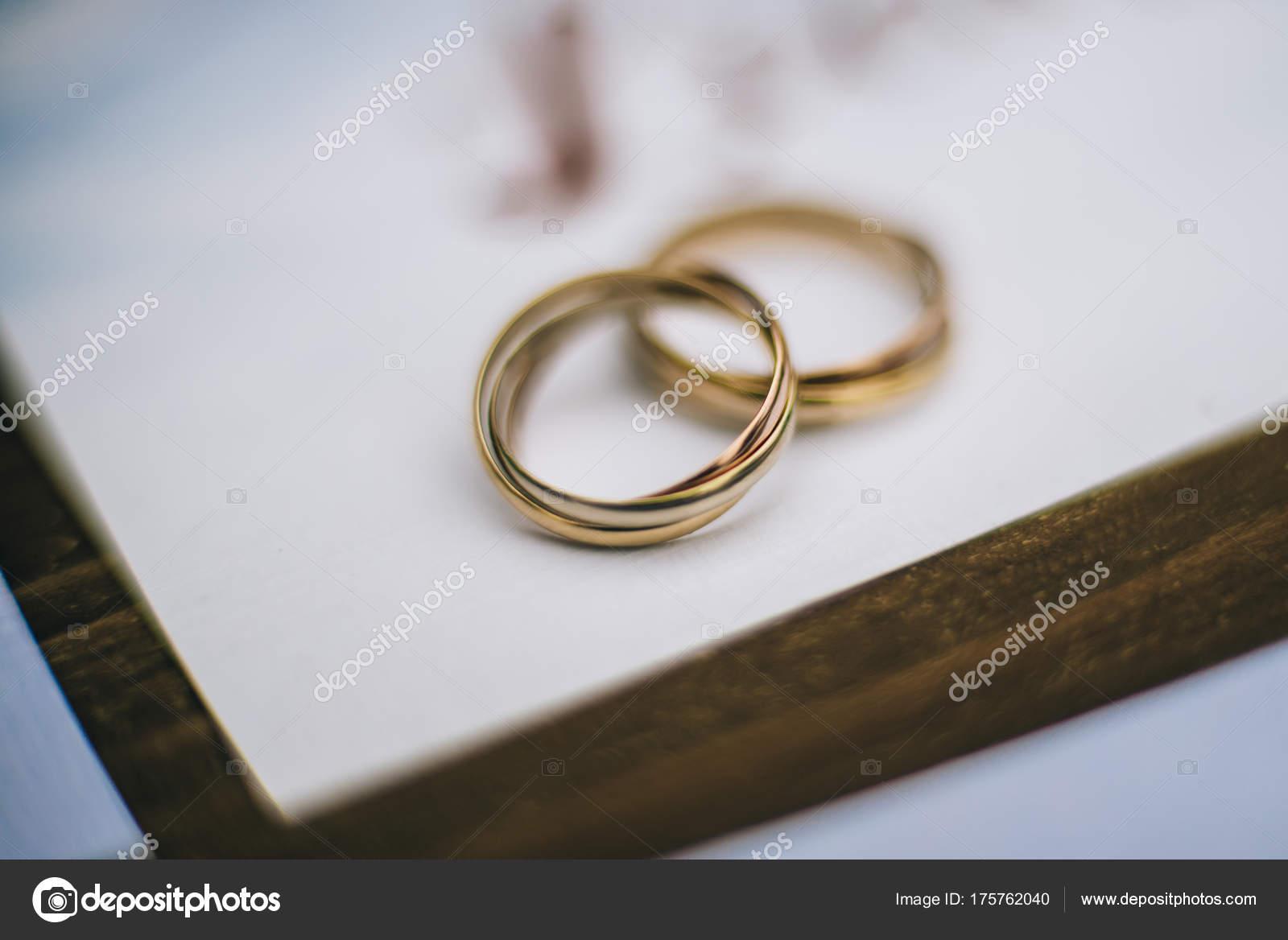 Snubni Prsteny Zlute Bile A Cervene Zlato Stock Fotografie
