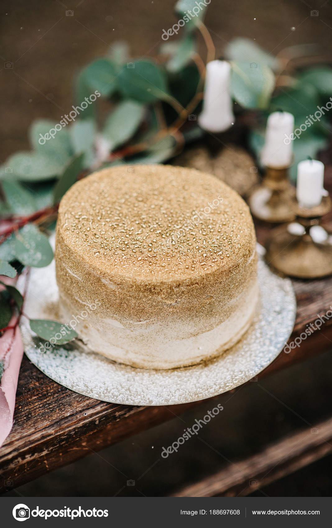 Hochzeit Dekoration Mit Einem Goldenen Kuchen Stockfoto C Andreua