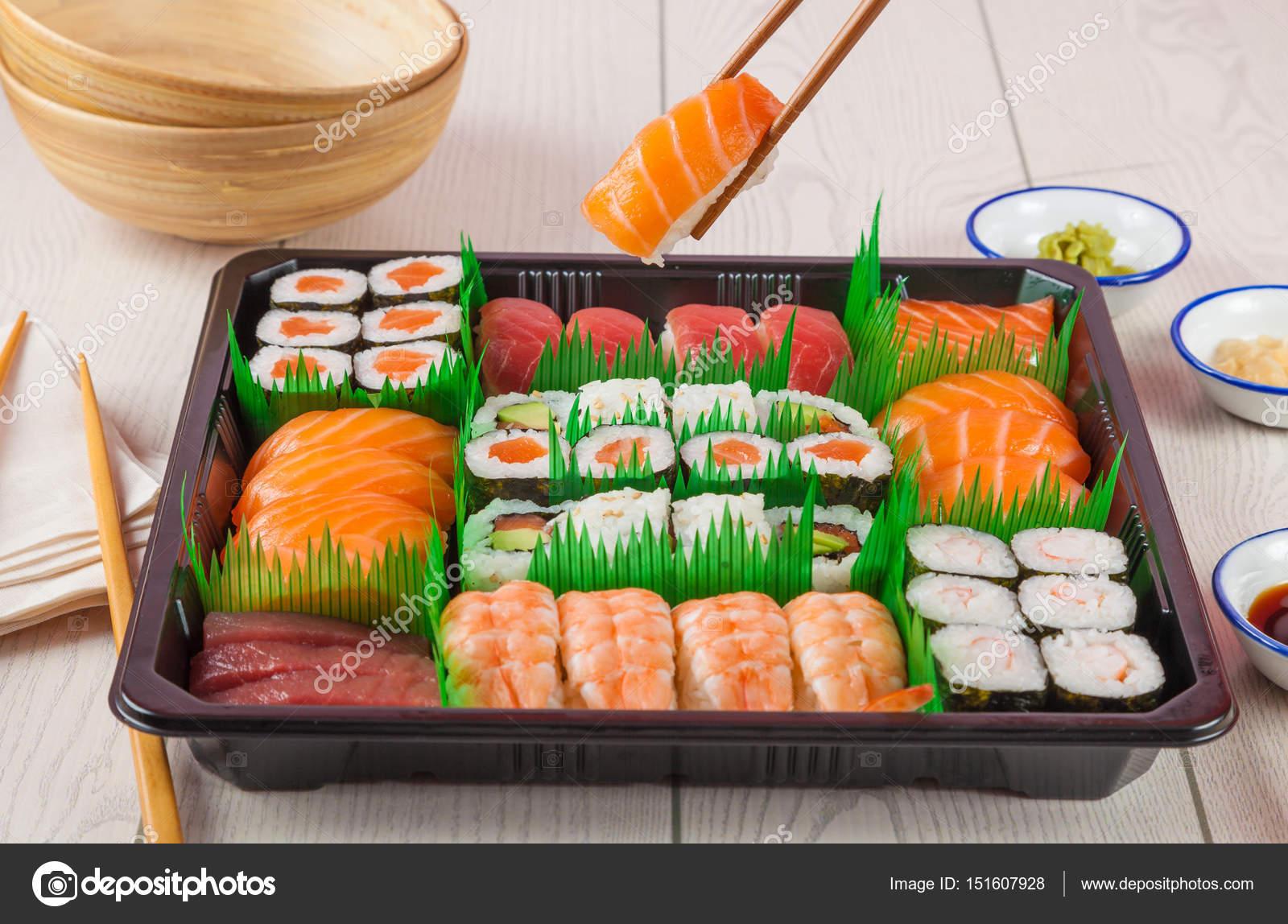 Bandeja comida para llevar con sushi y maki sushi fotos de stock hansgeel 151607928 - Bandejas para sushi ...