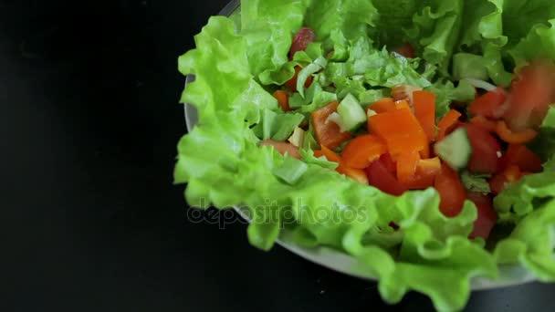 Kuchař přidává ingredience v misce salát
