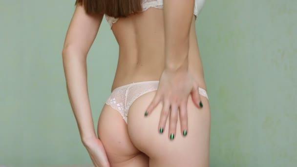 Žena použitím hydratační krém na její zadek