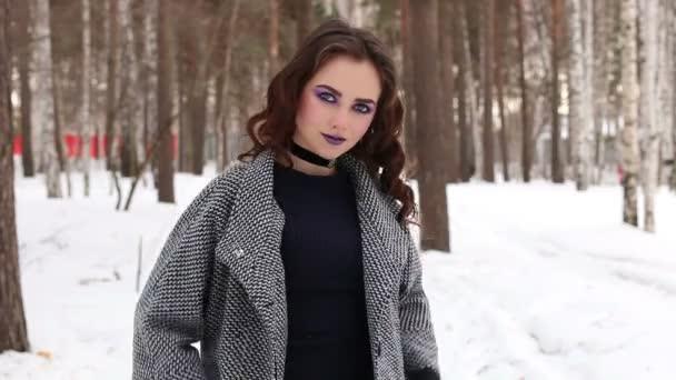 krásná dívka v zimním lese