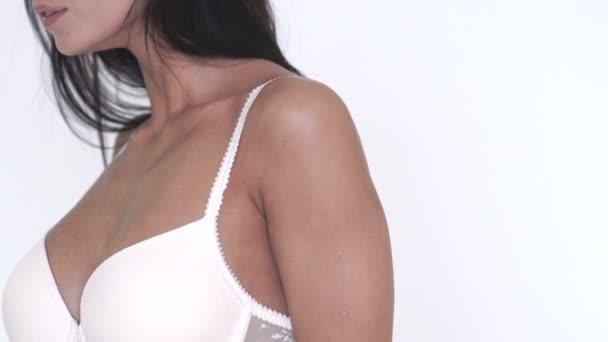 fitte Frau zeigt ihren perfekten Körper vor weißem Hintergrund.