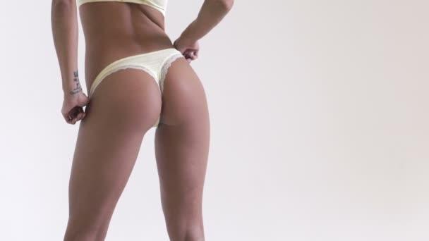 Dívka ve spodním prádle na bílém pozadí