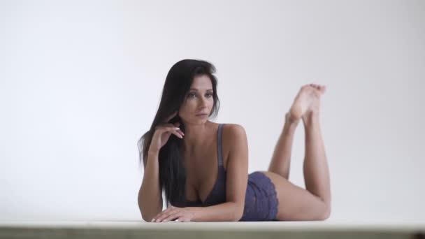 Sexy dívka ukazuje prsa