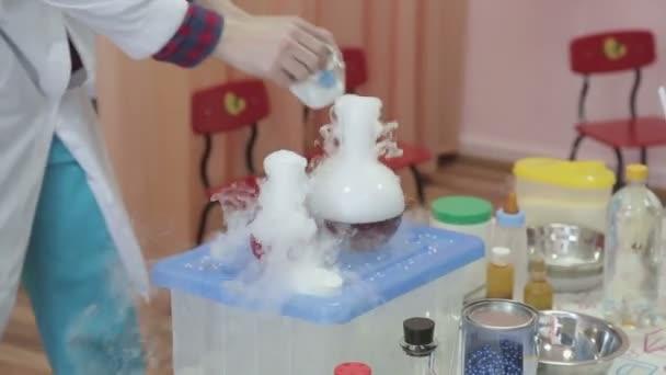 Chemik se mísí léky