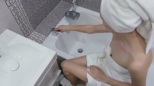 Mytí rukou s mýdlem pod tekoucí vodou