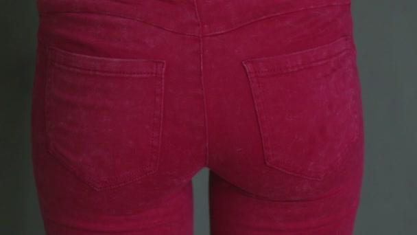 188a05e988 Ragazza giovane carina cercando di spremere in jeans stretti