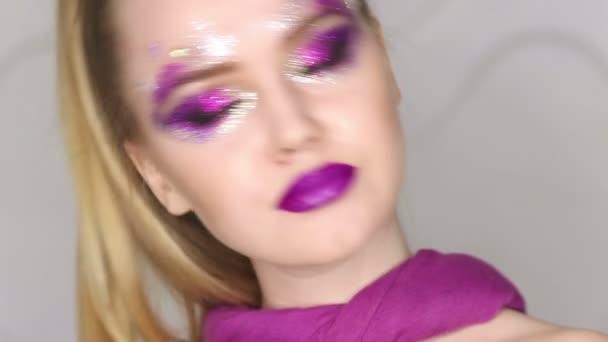 Szépség és a smink. Lila Make-up és színes, fényes köröm. Gyönyörű lány-Premier plán portré