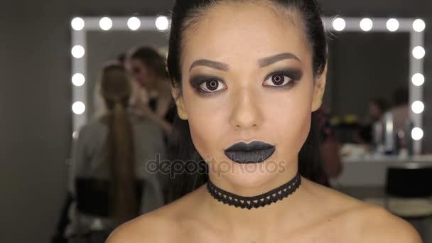 High Fashion krásy dívka Model s černou tvoří a dlouhé ožraly. Černý pysky