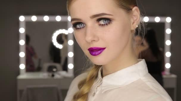 Nádherné glamour dívka s krátkými blond vlasy