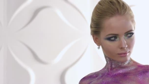 Módní make-up. Žena s barevný make-up a těla umění