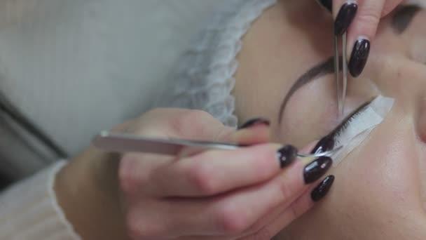Postup prodloužení řas. Žena oko s dlouhé řasy