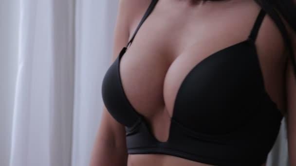 schöne junge Mädchen zeigt ihre Brüste