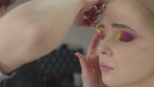 Vizážistka dělá umění make-up modely