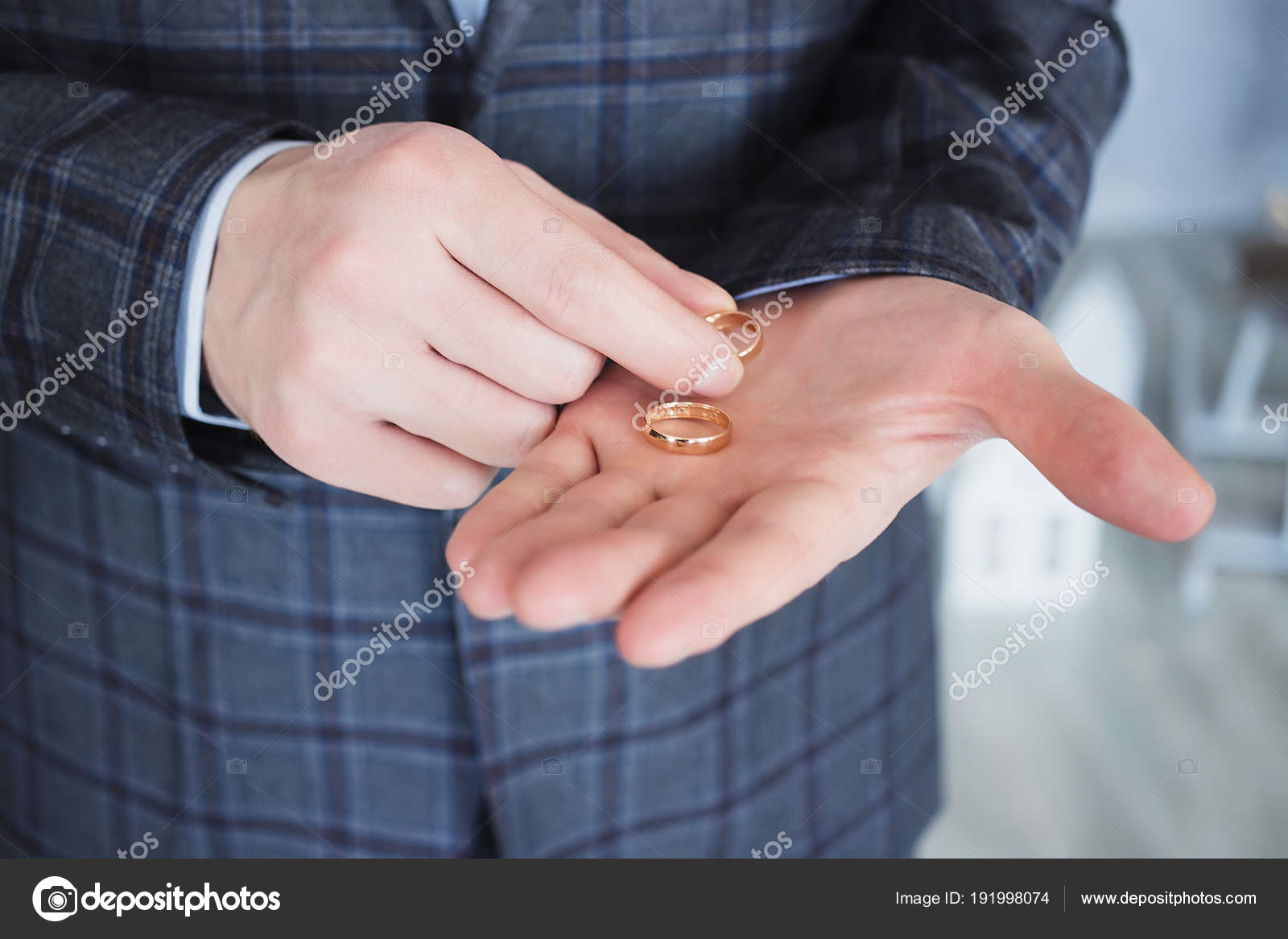 The man with the wedding rings in hand — Stock Photo © 3kstudio ...