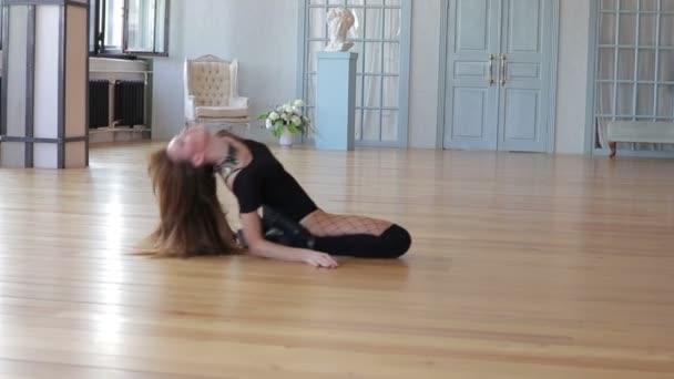 Lány tánc, feküdt a padlón
