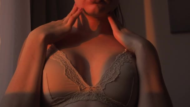 Krásná mladá dívka ukazuje její nádherná prsa