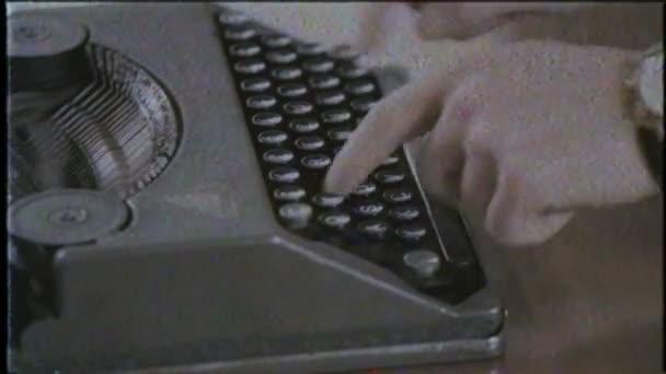Spisovatel píše s retro psací stroj, zblízka