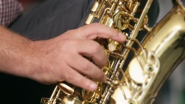 Vidám zenész játszik szaxofon, jazz, könyvek a háttérben