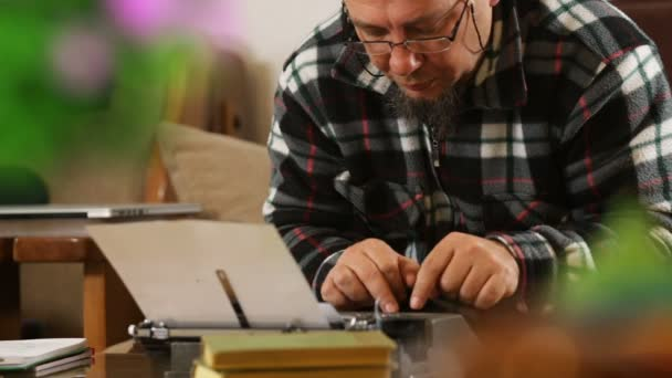 Spisovatel s brýlemi s retro psací stroj, posun zaměření