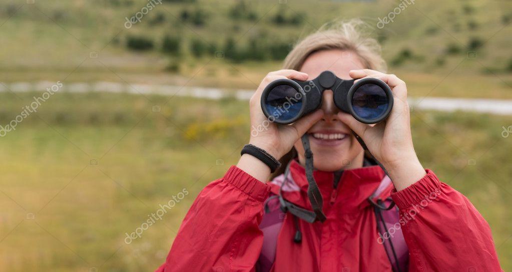 Frau mit dem fernglas wandern in bergen u stockfoto myvisuals