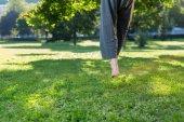 Muž, který předvádí v parku pláštěnky, ponča