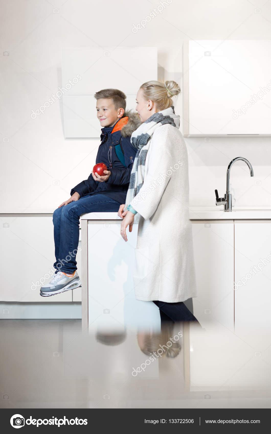 Сын и мать в школе