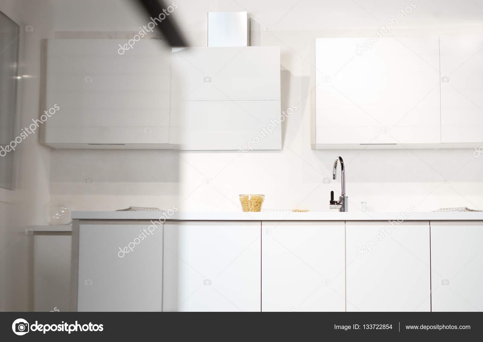 in einer modernen Küche Spüle — Stockfoto © Myvisuals #133722854