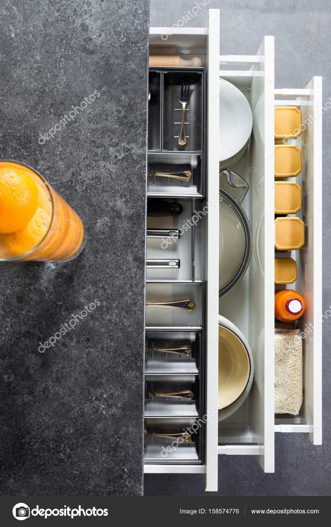 Geschirr in Küchenschubladen — Stockfoto © Myvisuals #158574776