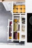 Organizované moderní kuchyňské zásuvky